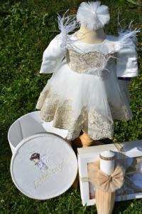Trusou de botez pentru fetiță -> rochiță cu dantela aurie si fulgi