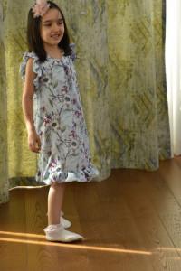 Rochie cu flori din vascoza pentru fete pe nuante pe bleo