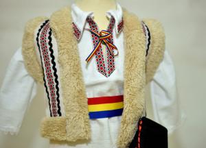 Costum traditional de botez de baiat cu bundita