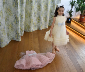 Rochie de fete pentru nunta pe ivoire si roz