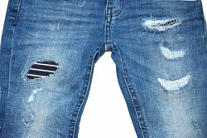 Blue Jeans tăiați și peticiți, Guess