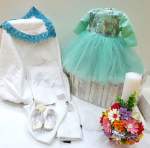 Rochie verde de botez cu truosu, lumanare si botosi asortati