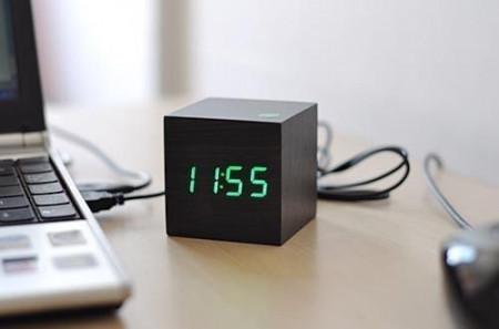 Mini ceas LED de birou cu carcasa din lemn