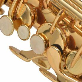 Saxofon din alamă galbenă cu luciu auriu
