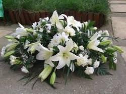 Aranjament funerar cu crini albi