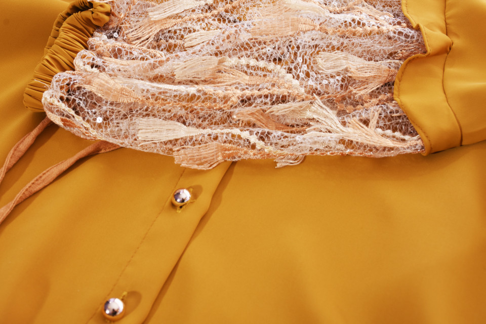 Camasa mustar eleganta cu broderie si aplicatii pe maneci