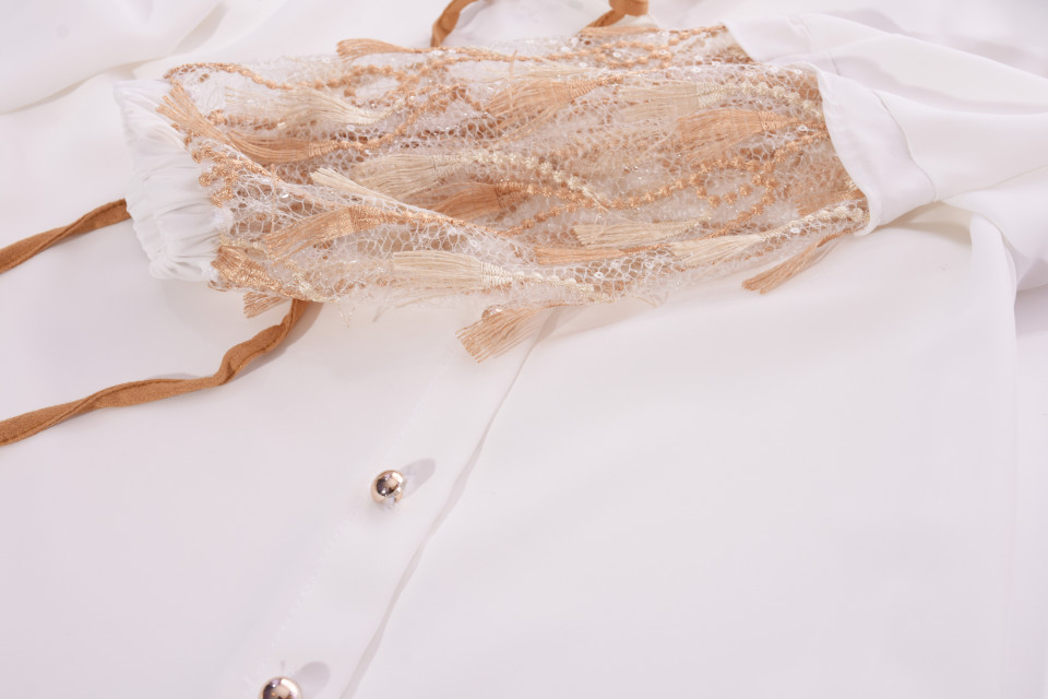 Camasa eleganta cu broderie si aplicatii pe maneci