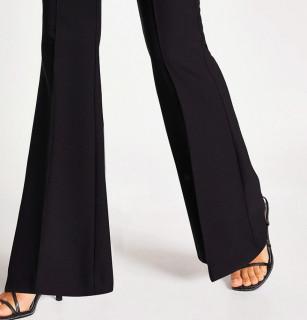 Pantaloni evazati