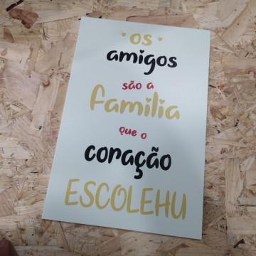 Placa Decorativa em PVC - Os amigos são a Família que o coração escolheu