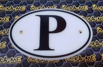 """Placa oval em acrílico com inscrição """"P"""""""