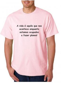 T-shirt  -  A vida é aquilo que nos acontece enquanto estamos ocupados a fazer planos