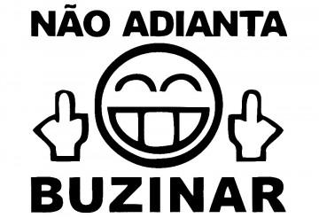 Autocolante - Não Adianta Buzinar