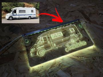 Placa Iluminada (RGB) com Comando | Foto de Carro / Caravana / Camião convertida em linhas + nome / frase