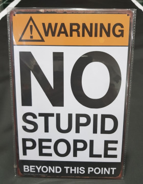 Chapa decorativa com Warning NO STUPID PEOPLE