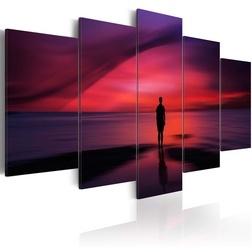 Kép - Egy férfi csodálva a naplementét