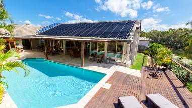 Cum să încălzești piscina folosind energia solară?