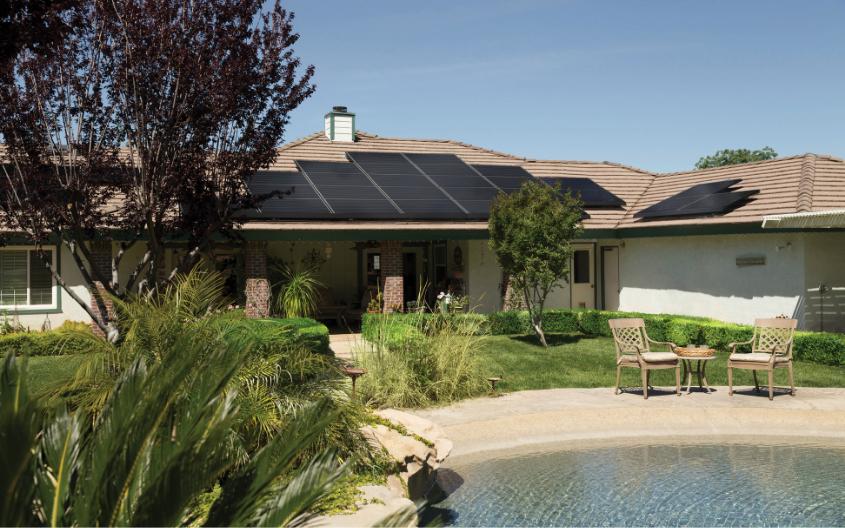 Panouri solare termice montate pe acoperis pentru incalzirea piscinei