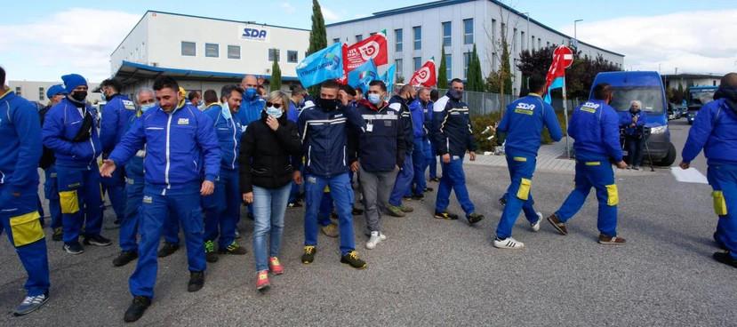 """""""Siamo corrieri non schiavi"""": nuovo sciopero alla Sda"""