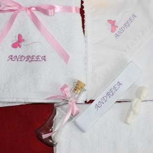Trusou botez personalizat cu numele copilului si brodat fluturas roz NKB002