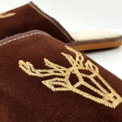 Papuci de Casa din Piele si Lana de Oaie Culoare Maro Model 'Cerbul Carpatin'