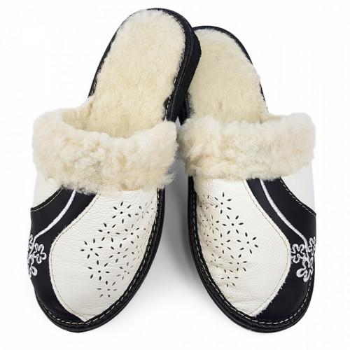 Papuci de Casa din Piele Imblaniti cu Lana de Oaie, Culoare Alb si Negru 'Black & White'