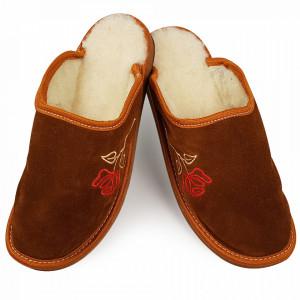 Papuci de Casa din Piele Intoarsa si Lana de Oaie Culoare Maro Model 'Roses'