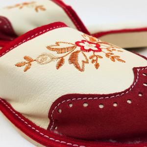Papuci de Casa din Piele si Lana de Oaie Culoare Crem/Rosu Model 'London Brogue'