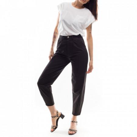 woman-black-boyfriend-pants