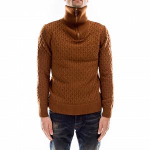 Outfit maglione a collo alto marrone