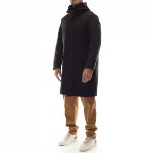 Outfit cappotto nero con cappuccio