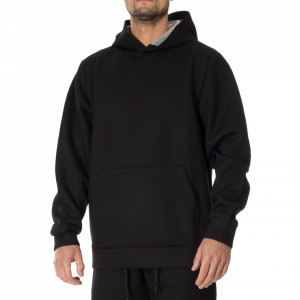 Outfit felpa nera con cappuccio