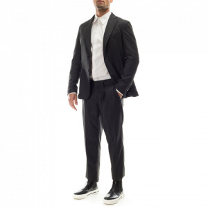 vestito-elegante-uomo-grigio-invernale
