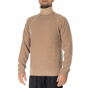 Outfit maglia in lana collo alto beige