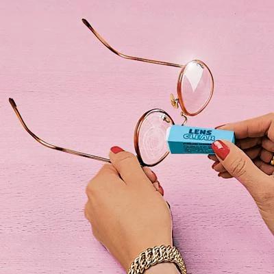 Dispozitiv de curatat zgarieturile pentru ochelari