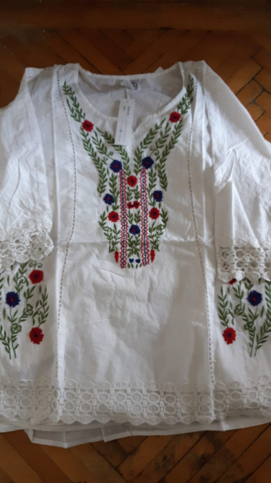 Bluza alba de dama cu broderie colorata, engros