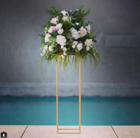 suport metalic auriu pentru flori