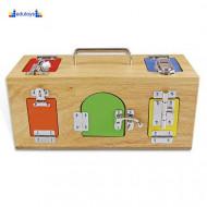 Montesori Drvena kutija sa bravama i katncima sa ručkom za prenošenje