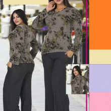 Compleu dama bluza model inflorat si pantaloni gri lungi.