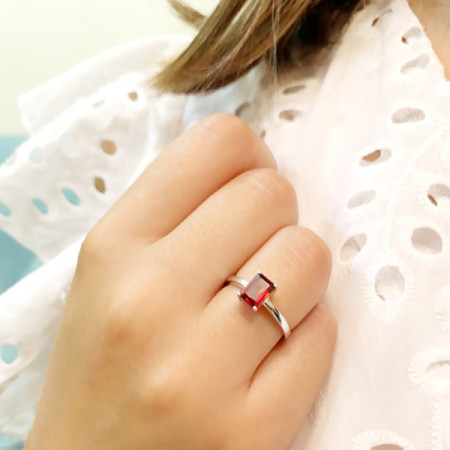 inel de argint cu granat fațetat
