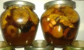 Slika Med sa suvim i koštnjavim voćem