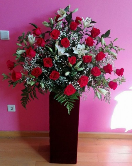 Gran centro de 24 Rosas rojas y lilium