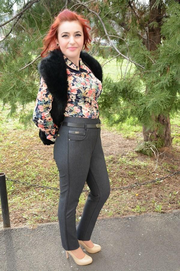 Gros Cu pantalon tineresc gri, din material gros cu imprimeu de carouri