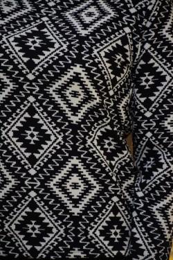 Bluza cu maneca lunga, de culoare neagra cu imprimeu alb