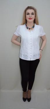 Bluza la moda, nuanta de alb, perforatii fine si flori chic