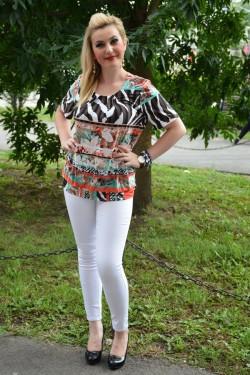 Bluza trendy cu design multicolor, maneca scurta, decolteu mic