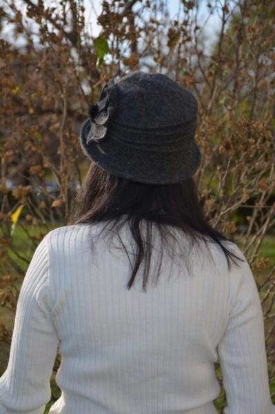 Caciula Ava tip palarie din lana accesorizata cu floare si pompon ,nuanta de gri inchis