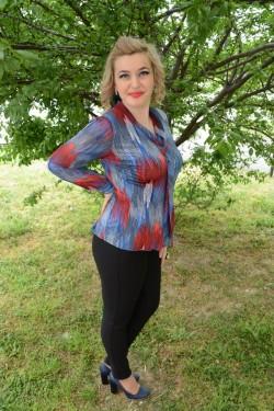 Camasa casual in nuante de alb-bleumarin-rosu, design de buline