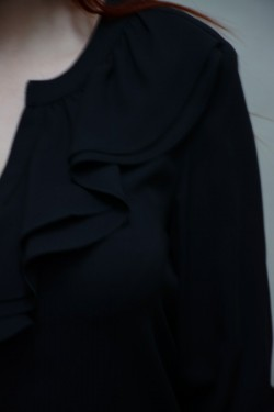 Camasa tinereasca, nuanta neagra, cu fodre la decolteul in V