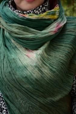 Esarfa creponata, de culoare verde cu imprimeu multicolor