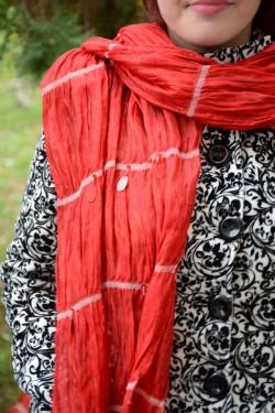Esarfa rosie din matase prevazuta cu design de margele si paiete